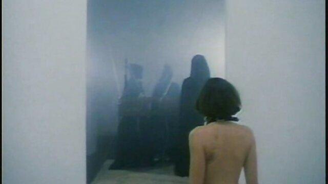 Sexe pas d'inscription  Nyomi Banxxx vêtue d'une combinaison de résille film porno français streaming gratuit rose fait face à un sous-marin masculin